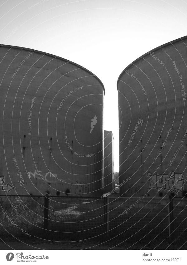 Beton ruhig dunkel Graffiti Industrie rund Bauwerk Dachboden