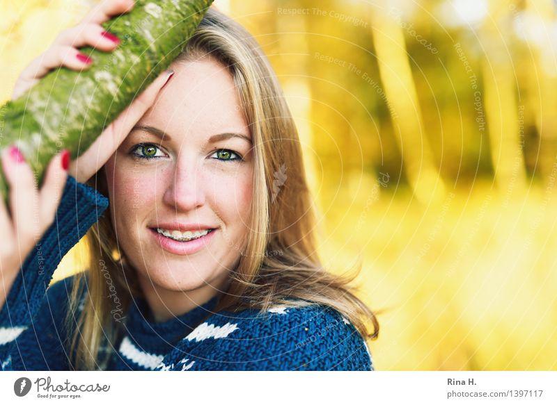 Adieu tristesse feminin Jugendliche 1 Mensch 13-18 Jahre Herbst Schönes Wetter Wald Pullover blond langhaarig authentisch schön Zufriedenheit Zahnspange Hand