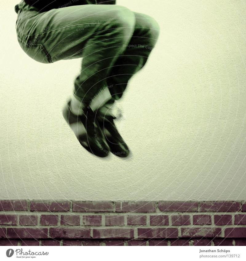 jump in da garden Freude Zufriedenheit Ferne Freiheit Wohnung Haus Jugendliche Beine Fuß Mauer Wand Hose Jeanshose Strümpfe Schuhe Backstein Linie Bewegung