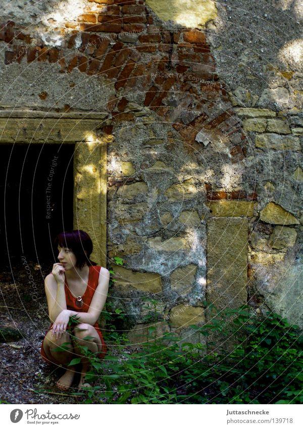 Dornröschen Frau Einsamkeit Denken sitzen verfallen Burg oder Schloss Tor schäbig Ruine Langeweile Ödland Keller hocken Höhle Verhext planlos