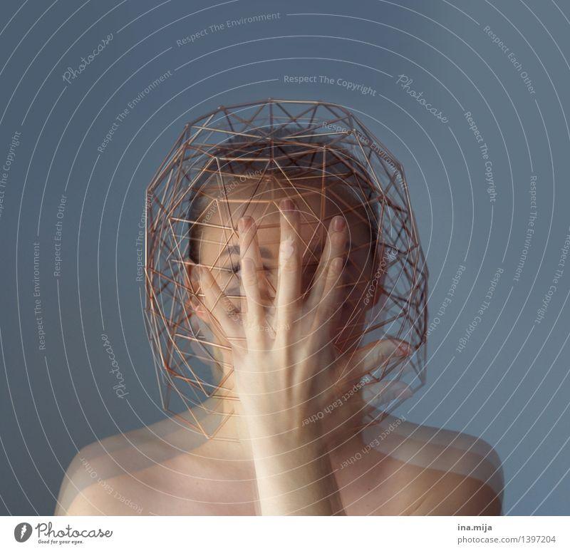 verwirrt Mensch Jugendliche 18-30 Jahre Erwachsene feminin Denken Zufriedenheit verrückt Schutz chaotisch Stress Irritation Verzweiflung Alkoholisiert Identität