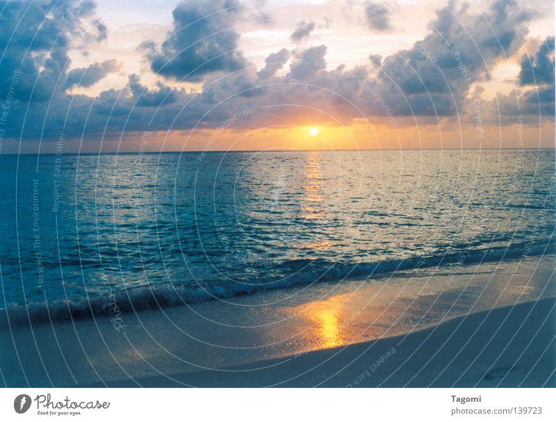 Soneva Fushi blau Wasser Ferien & Urlaub & Reisen schön Sonne Meer Strand Wolken ruhig Sand See Stimmung Beleuchtung orange Wellen Wind