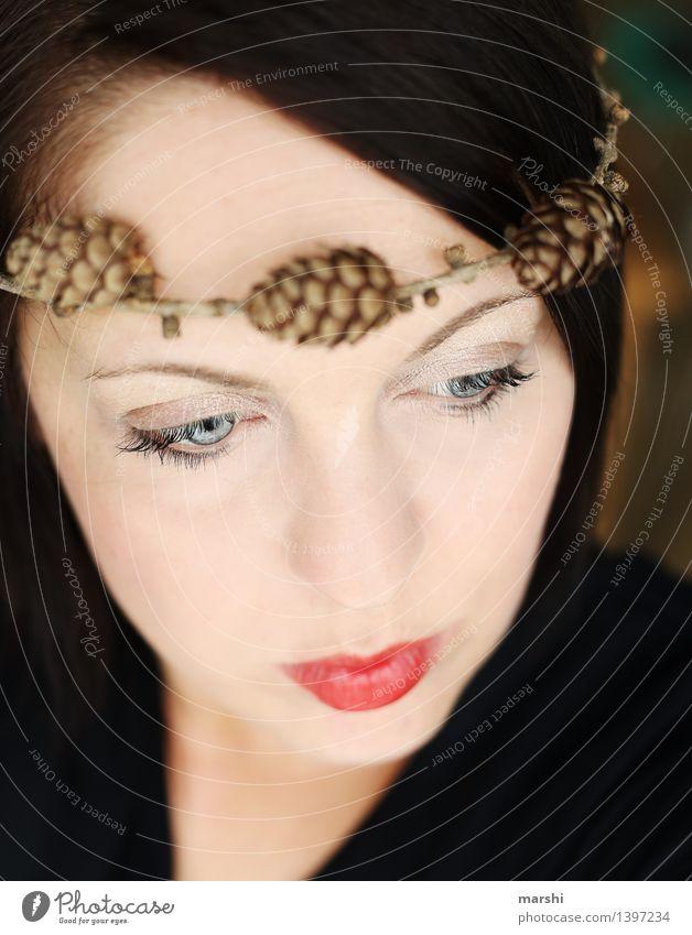 Herbstgefühl III Mensch feminin Junge Frau Jugendliche Erwachsene Kopf 1 30-45 Jahre Natur Pflanze Gefühle Stimmung Kranz rot herbstlich Zapfen Kopfschmuck