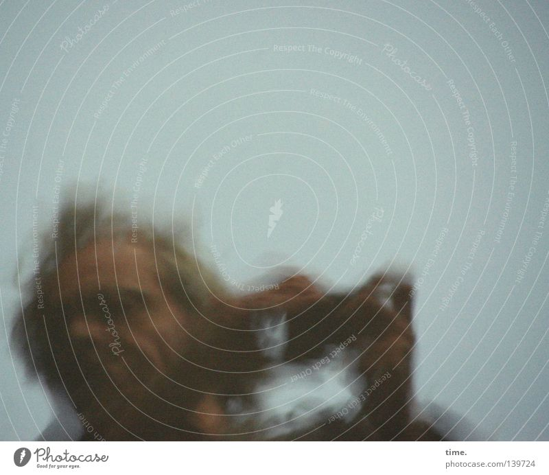 Who Is He And What Is He To You Mensch Himmel Mann Erwachsene Bewegung Kopf maskulin Wind Vergänglichkeit Neigung festhalten Konzentration drehen Fotografieren verwaschen halbdunkel
