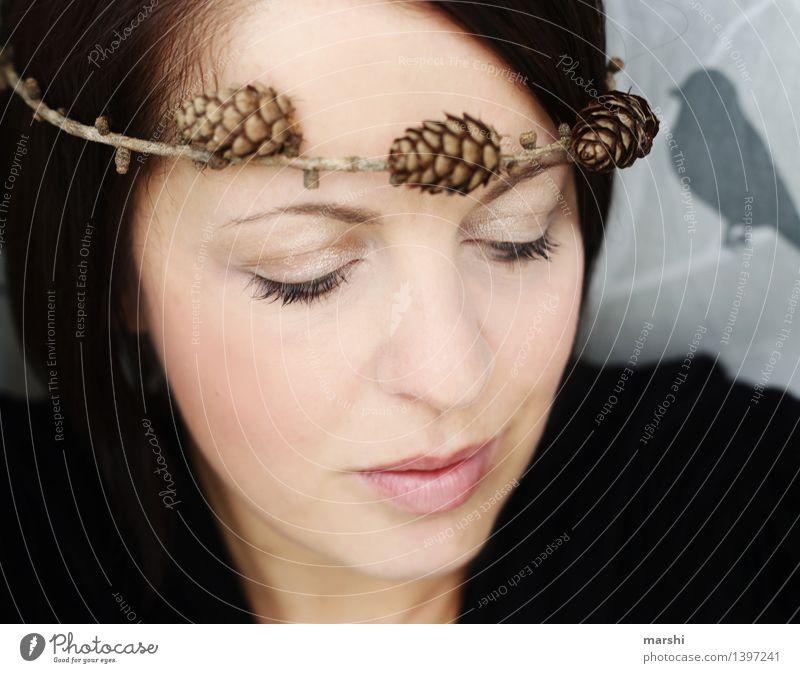 naturverbunden Mensch Frau Natur Jugendliche Pflanze Junge Frau Winter Gesicht kalt Erwachsene Herbst Gefühle feminin Stimmung Dekoration & Verzierung intensiv