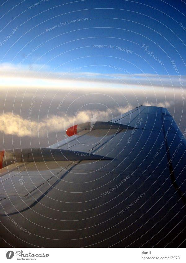 Heimflug Himmel Wolken Flugzeug fliegen Europa Tragfläche