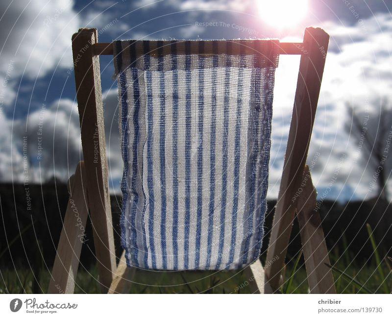 Sommersonnenplatz blau weiß Sonne Ferien & Urlaub & Reisen Wolken Erholung Wärme Zufriedenheit Sitzgelegenheit gestreift Liegestuhl Campingstuhl Klappstuhl