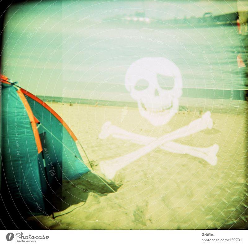 Tribute to leicagirl Zelt Strand Meer Horizont Fahne Skelett Pirat Holga Doppelbelichtung Brandung weiß schwarz Mittelformat Rollfilm Kapern entern Lomografie