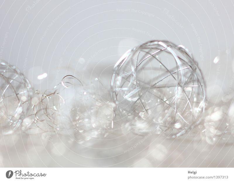 Silberfarbene Drahtkugel als Dekoration vor weißem Hintergrund und Bokeh Feste & Feiern Weihnachten & Advent Hochzeit Dekoration & Verzierung Kitsch Krimskrams