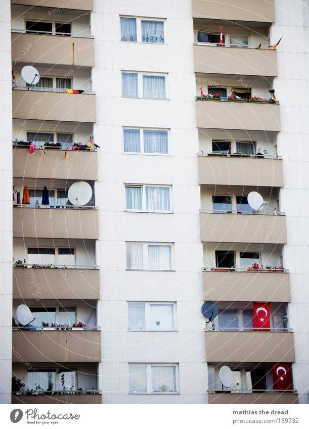 KULTURELLES MITEINANDER Fenster Architektur Fassade trist einfach Balkon Haus Plattenbau Anschnitt Bildausschnitt Hochhaus Wohnhochhaus Parabolantenne
