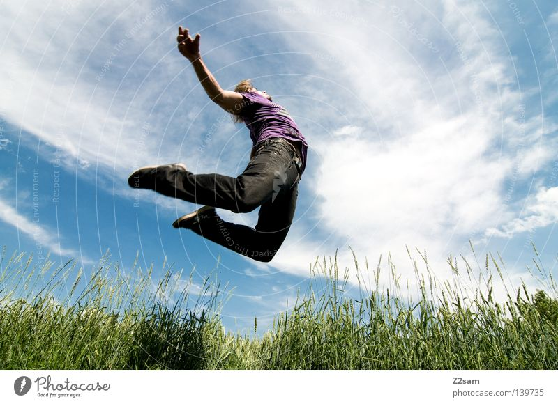 zero gravity Mensch Himmel Mann Natur blau Hand grün Sonne Sommer Wolken Wiese Landschaft Haare & Frisuren springen Stil Zufriedenheit