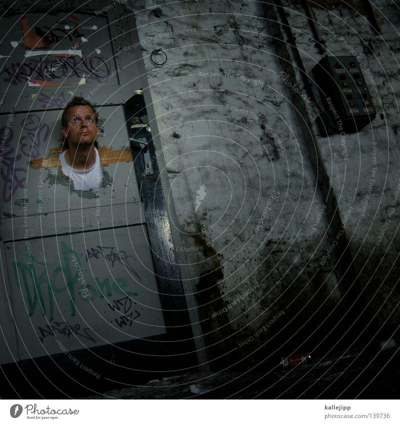 BLN 08 | ghost Mann Trophäe Durchblick Blick Wand Gemäuer Ruine kaputt Wahrzeichen Denkmal Mensch Kopf Tür Loch durchstecken door Raum Einsamkeit Zerstörung