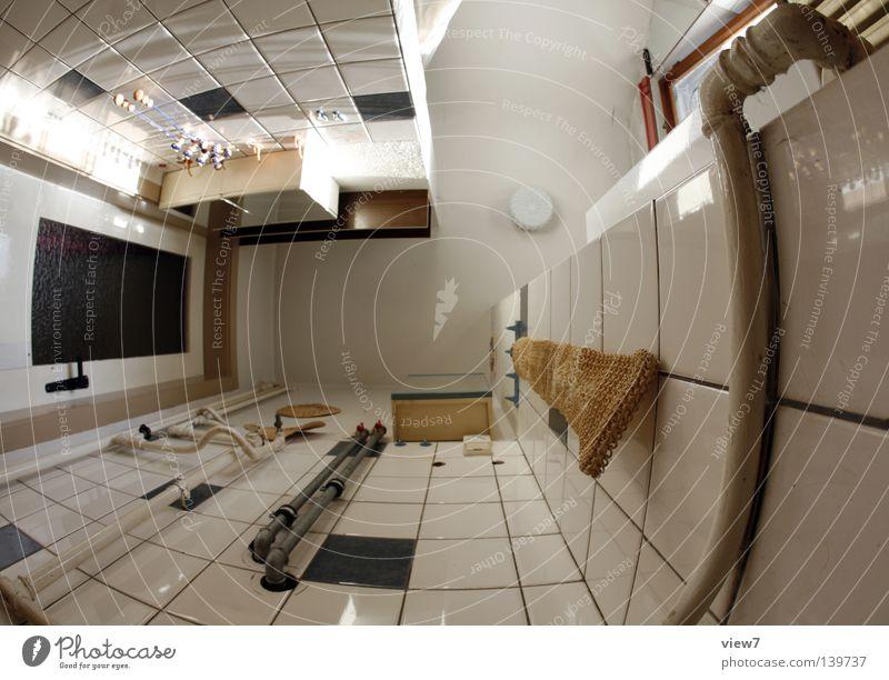 Badezimmererker fließen Dinge Fenster schließen Zeit vergessen Handtuch Wäschetrockner Gitter Licht Lichteinfall dunkel Stimmung trist Holz Sanieren eng