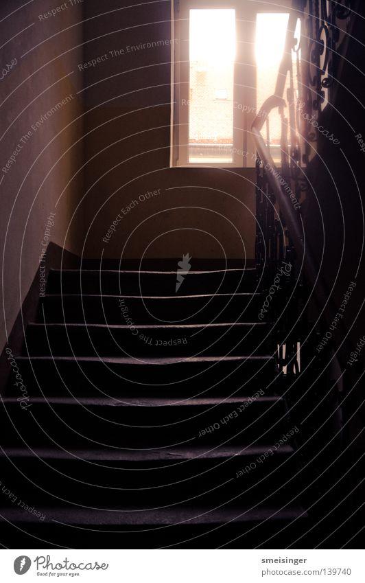 Heimkommen im Regen Häusliches Leben Leiter Bauwerk Gebäude Architektur Treppe Fenster dunkel Altbau Hochformat Strahlung Lichtbrechung Höhepunkt Geländer