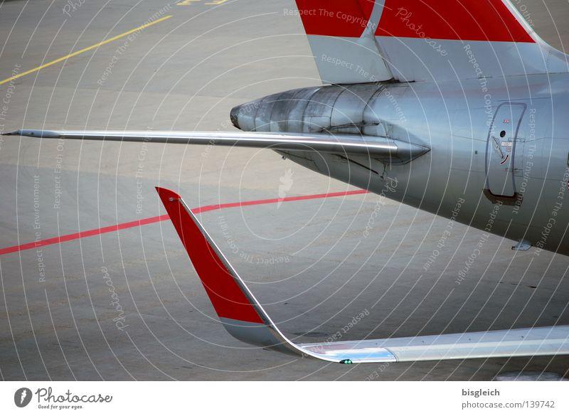 Flugzeug Farbfoto Außenaufnahme Menschenleer Ferien & Urlaub & Reisen Technik & Technologie Luftverkehr Flughafen Beton grau rot silber Fernweh Tragfläche