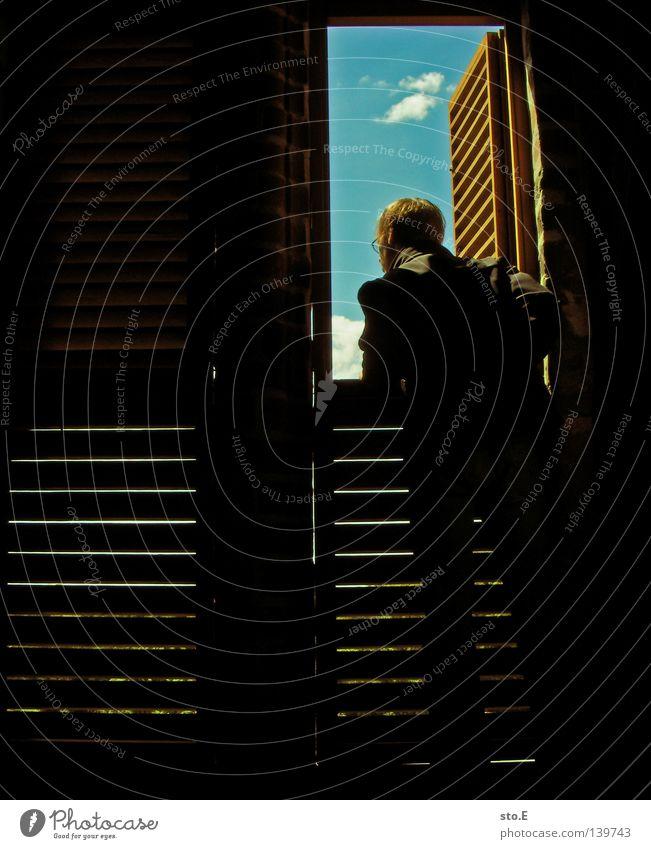 ausschau Kerl Körperhaltung Fenster offen Licht dunkel Streifen gestreift Wolken parallel Schatten Silhouette abstützen Ferne Kirchturm Sonnenlicht Beleuchtung