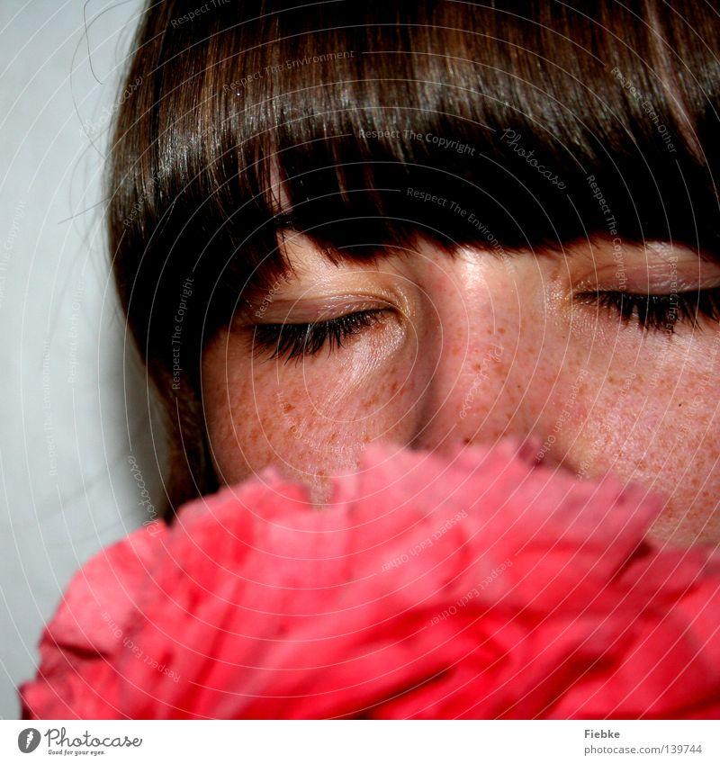 Paper Flower Frau Mensch Natur Jugendliche rot Blume ruhig Gesicht Auge feminin Kopf Haare & Frisuren braun geschlossen Nase authentisch