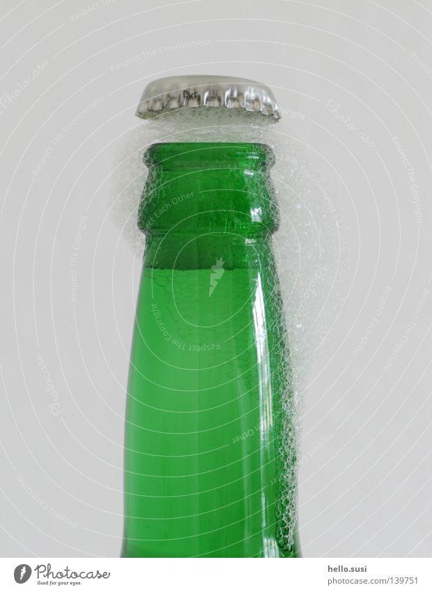 *plop* Bier grün Kronkorken Getränk Bierflasche aufmachen Explosion Schaum Alkohol Flasche Durst Glas high shutter speed pflop adiabatisch Druck
