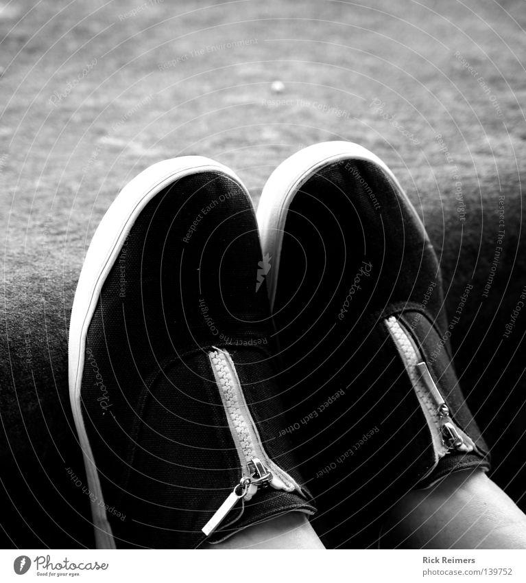Shoes weiß schwarz Erholung Wand Mauer Stein Kunst Stimmung Schuhe Kultur Vertrauen Damenschuhe Reißverschluss
