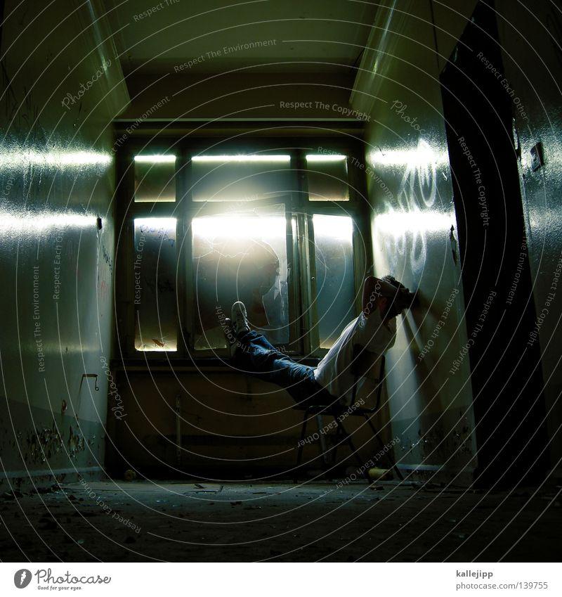 BLN 08 | zelle mit aussicht Mensch Mann Sonne Erholung dunkel Fenster Freiheit Angst sitzen Stuhl Flur Gesetze und Verordnungen Panik Justizvollzugsanstalt