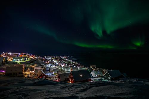 Nordlichter über Nuuk Himmel Natur Ferien & Urlaub & Reisen Stadt grün schön Farbe Meer Landschaft Haus Winter dunkel Berge u. Gebirge Umwelt natürlich Schnee