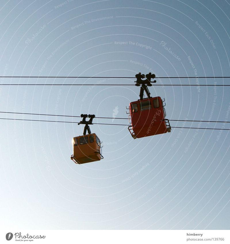 up and down Himmel Ferien & Urlaub & Reisen hoch Seil Stahlkabel aufwärts abwärts Wolkenloser Himmel Gondellift Seilbahn Talfahrt Klarer Himmel Vor hellem Hintergrund