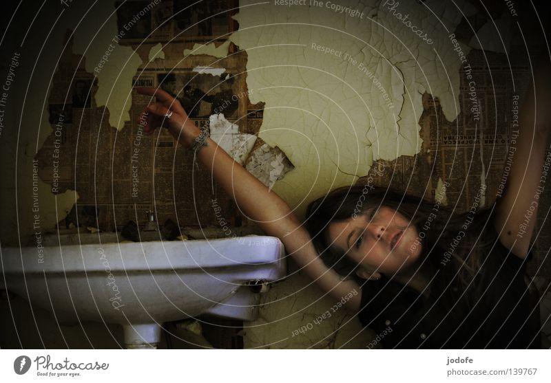 der morgen danach... Frau Lebewesen Jugendliche Waschbecken Tapete Zeitung abblättern dreckig Oberkörper Porträt Hand Finger Armband abstützen aufstützen