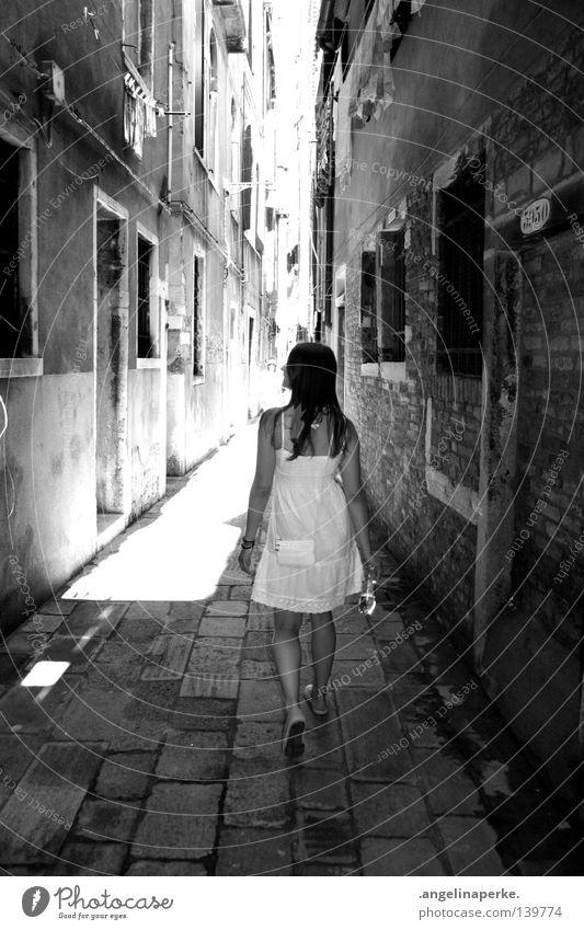 stadt der engel.. Frau klein schön Kleid weiß Sommer Physik heiß gehen Spaziergang dunkel lang Haus Gasse Fenster Denken genießen begutachten Venedig Italien