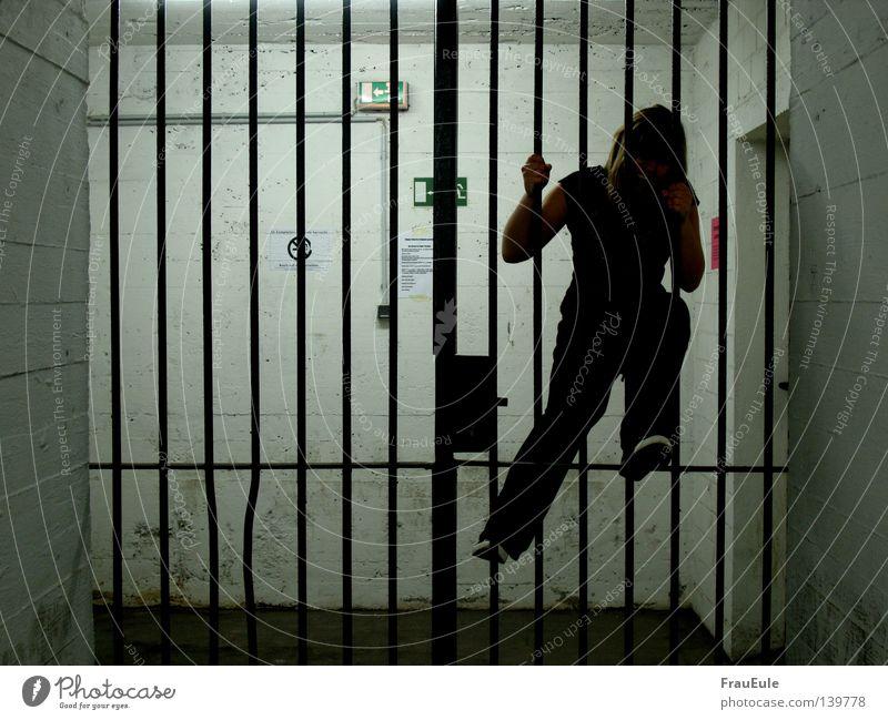gefangen Frau Einsamkeit springen Klettern Wut schreien Burg oder Schloss Verzweiflung gefangen Barriere Ärger Stab Kriminalität Justizvollzugsanstalt Notausgang