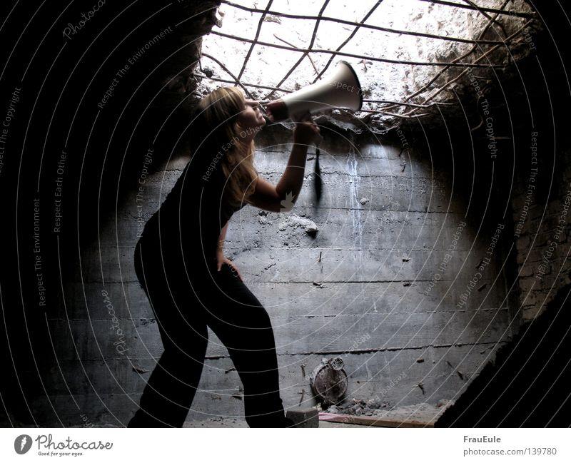 hilfeschrei Megaphon laut hören sprechen Gitter Licht Öffnung Ausgang gefangen schreien Hilfsbedürftig Wand Hoffnung Frau verfallen Angst Panik Geräusch Bunker