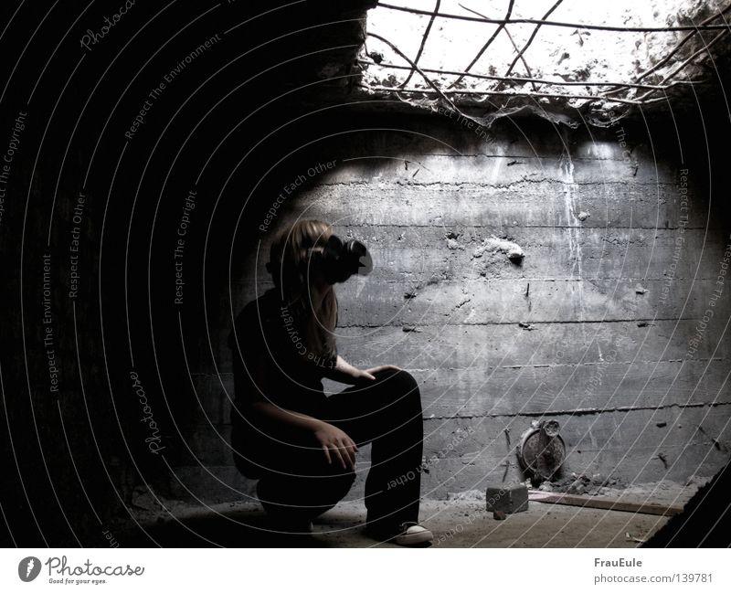 Bunker Frau dunkel Holz Stein geschlossen trist Maske gruselig verfallen Loch Geruch gefangen Gitter hocken Öffnung