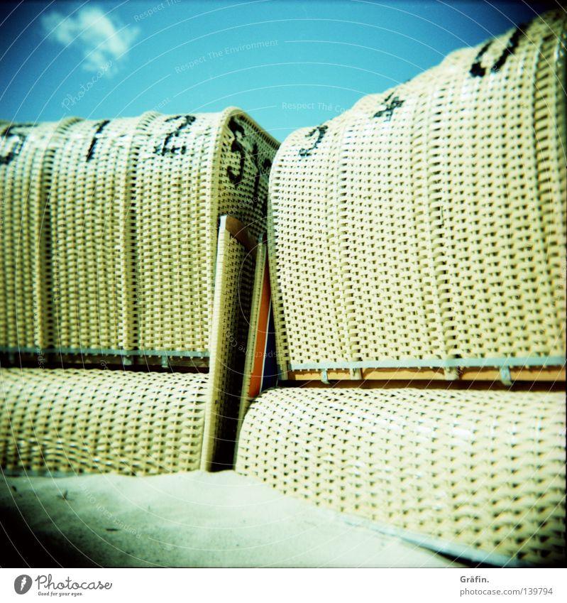 Sommersitz Himmel Meer Sommer Strand Ferien & Urlaub & Reisen Erholung Sand Wellen Küste Freizeit & Hobby Ziffern & Zahlen Idylle Ostsee Tourist Holga Strandkorb