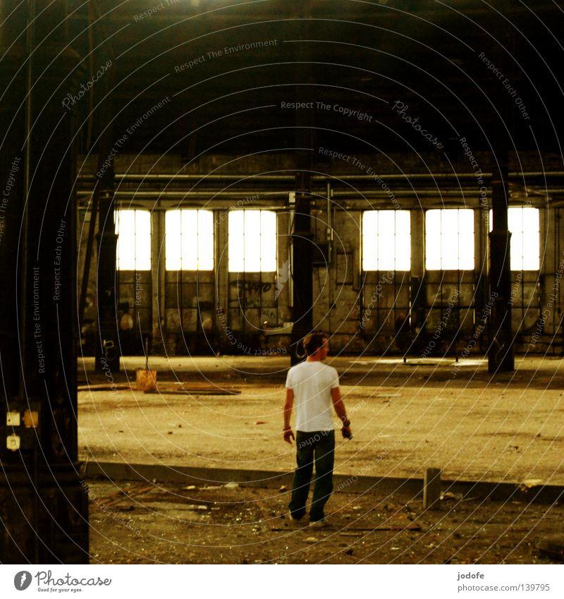 Bln 08 | I feel lonely Mensch Mann alt Sommer Einsamkeit Wand Fenster Holz Gebäude Wärme Graffiti dreckig Tür maskulin laufen
