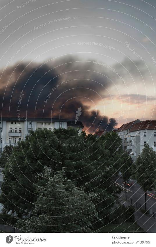 Brand Himmel Baum Stadt grün Sommer Haus Wolken Straße dunkel Tod Traurigkeit Park Angst Umwelt Papier