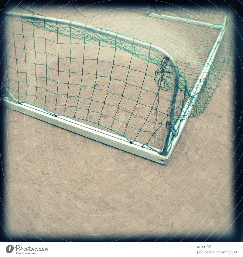 Platzwarts delight gelb Sport Fußball dreckig Kindheit Ball Konzentration Tor analog kämpfen Tiefenschärfe verloren Raster Schlamm verlieren Sucher