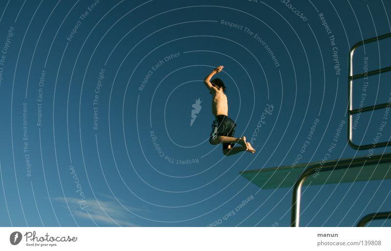 On y va! Mensch Himmel Jugendliche weiß blau Sommer Freude Wolken schwarz Sport Freiheit springen Bewegung Wärme Luft Gesundheit