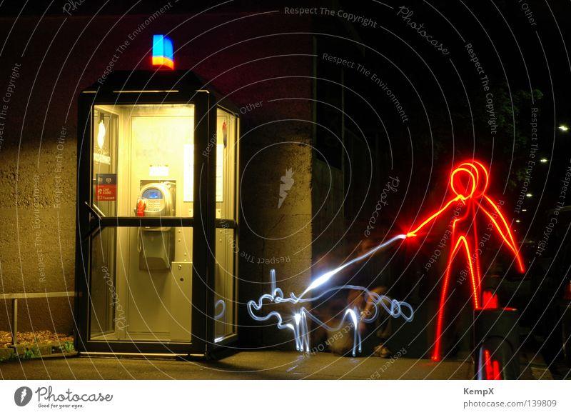 Licht an Leine Nacht dunkel Langzeitbelichtung Hund Spaziergang rot Verkehrswege Säugetier Lightwriting Telefonkabine Beleuchtung Lichtmalerei Mensch blau Lampe