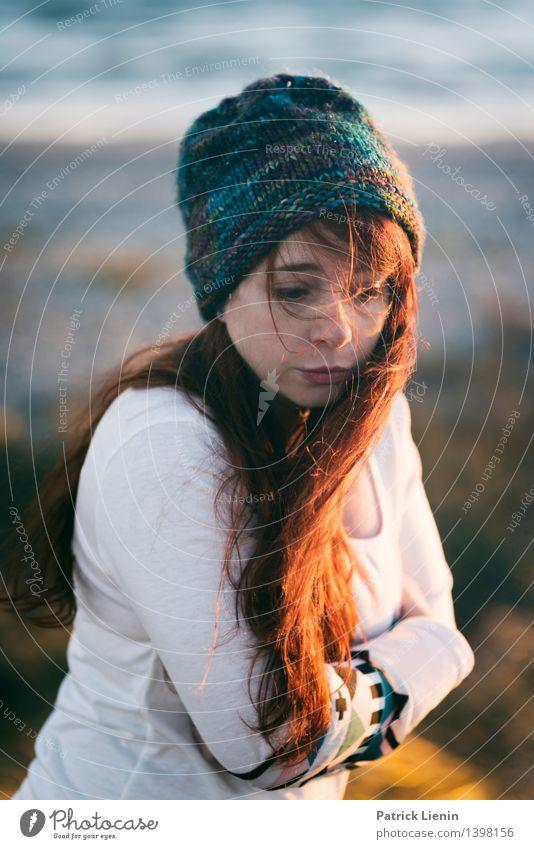 Les Mensch Frau Natur Ferien & Urlaub & Reisen Jugendliche Junge Frau Meer Erholung Landschaft Einsamkeit ruhig Ferne Strand Erwachsene Umwelt Leben