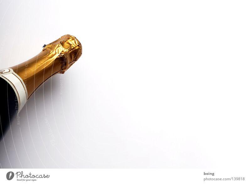 eiskalt und prickelnd Sekt Champagner Alkohol Flaschengärung Winzersekt Flaschenhals geschlossen Objektfotografie Freisteller Vor hellem Hintergrund