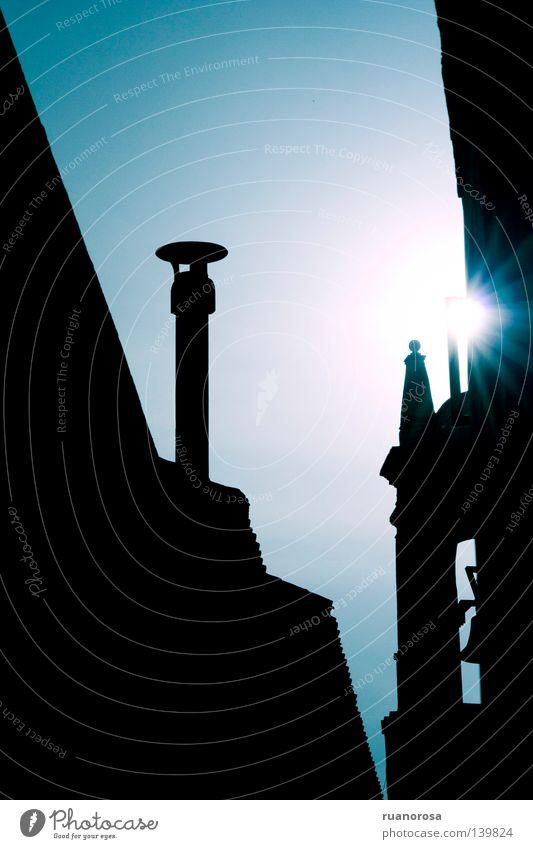 Trinité Sonne glänzend Dach Wolkenloser Himmel Kamin Glocke Gotteshäuser Abzug