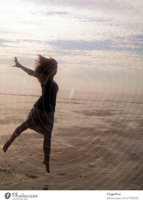Die Leichtigkeit des Seins Frau Himmel blau Ferien & Urlaub & Reisen Wasser Sommer Meer Freude Einsamkeit Wolken Strand ruhig schwarz Erwachsene Ferne Wärme