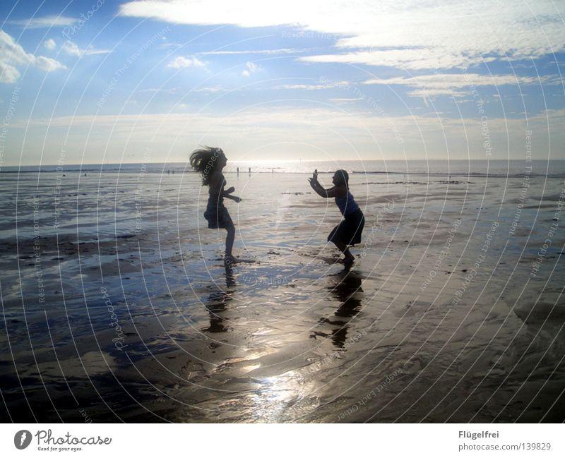 Über seinen Schatten springen Mensch Himmel blau Ferien & Urlaub & Reisen Wasser Sommer Meer Freude Einsamkeit Wolken Strand ruhig schwarz Ferne Leben feminin