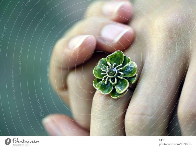 RingThing Schmuck Blume schön Hand Finger Fingernagel grün Juwelier Geschenk Reichtum Fingerschmuck Blumenring edel elegant Haut Falte festhalten Sarah Kasper