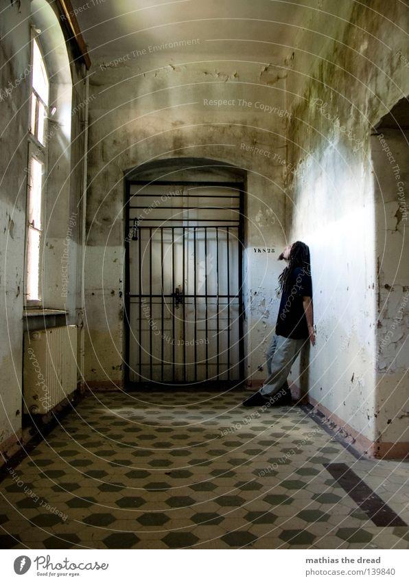 LICHTBLICK Flur Tor Gitter 1 Mensch einzeln Isoliert (Position) Einsamkeit gefangen Sträfling Justizvollzugsanstalt Ein junger erwachsener Mann Ein Mann allein