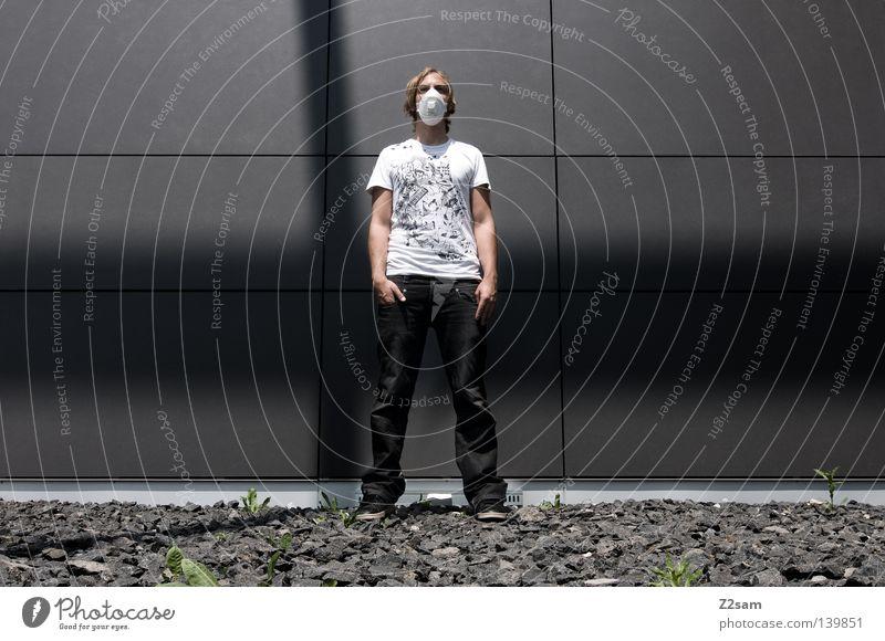 fremdkörper Mensch Mann Hand weiß Stadt Stil grau Stein Schuhe Linie Metall Architektur maskulin Coolness Jeanshose stehen