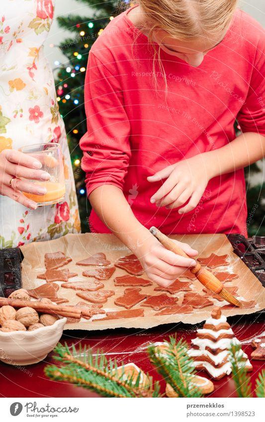 Mensch Frau Kind Weihnachten & Advent Hand rot Mädchen Erwachsene Feste & Feiern Kindheit Tisch Kochen & Garen & Backen Küche 8-13 Jahre machen geschnitten