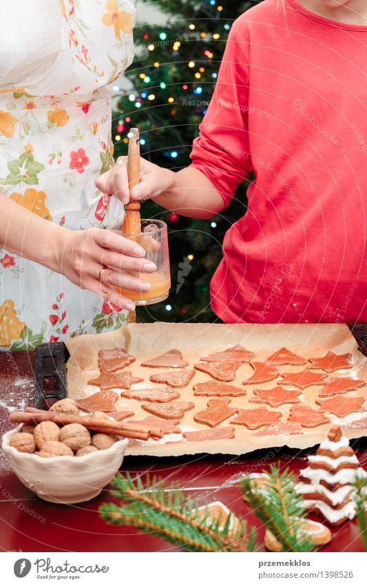 Mutter mit der Tochter, welche die Weihnachtsplätzchen macht Mensch Frau Kind Weihnachten & Advent Hand rot Mädchen Erwachsene Feste & Feiern Kindheit Tisch