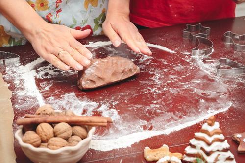Frau, die Teig für Weihnachtsplätzchen macht Mensch Kind Weihnachten & Advent Hand Erwachsene Feste & Feiern Kindheit Tisch Kochen & Garen & Backen Küche