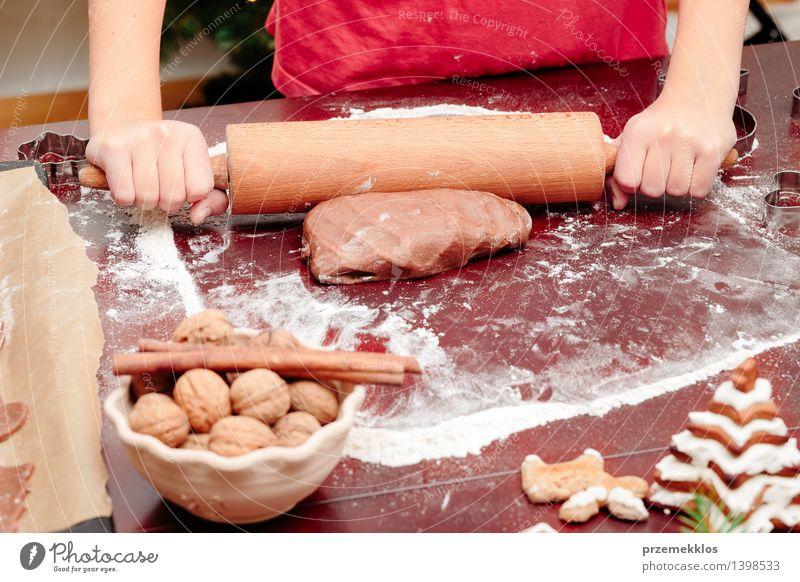 Mädchen, das Teig für Weihnachtsplätzchen macht Tisch Küche Mensch Hand 1 8-13 Jahre Kind Kindheit machen Mehl Lebkuchen gebastelt kneten Vorbereitung