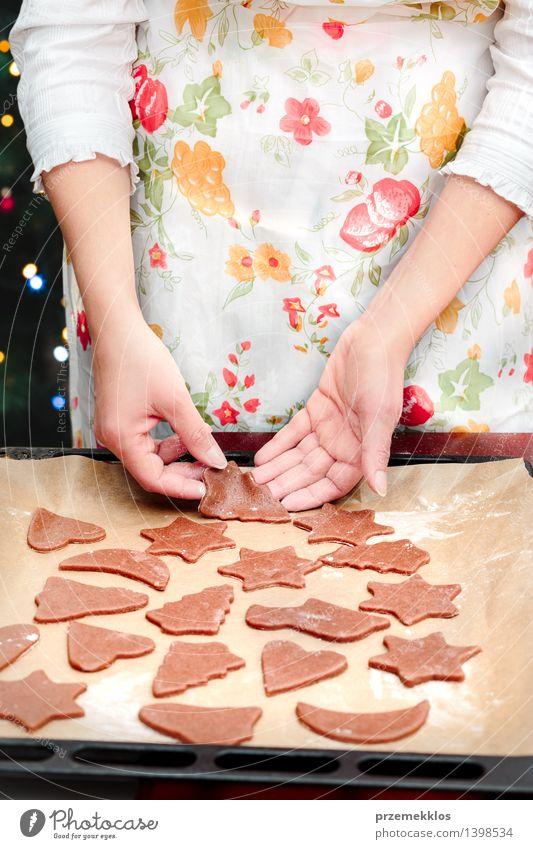 Die Weihnachtssymbole im Teig für die Plätzchen herausschneiden Mensch Frau Weihnachten & Advent Hand Erwachsene Feste & Feiern Tisch Kochen & Garen & Backen